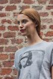 Utvändiga Trussardi för härlig modell som modeshower bygger för Milans Womens modeveckan 2014 Royaltyfria Foton