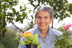 Utvändigt arbeta i trädgården för hög kvinna Royaltyfria Foton