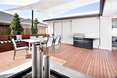 Utvändigt avslappnande område av ett modernt hus eller hotell som har ett trä Royaltyfri Fotografi