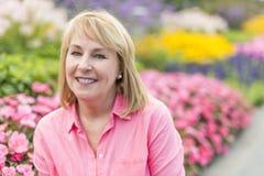 Utvändigt bära för mogen kvinna i rosa kläder fotografering för bildbyråer