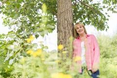 Utvändigt bära för mogen kvinna i rosa kläder arkivfoton