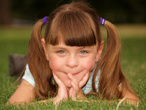 utvändigt le för gullig flicka Arkivfoton