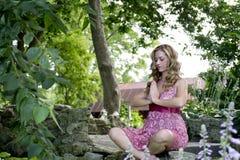 Utvändigt meditera för härlig kvinna Royaltyfri Fotografi