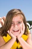 utvändigt posera för gullig flicka Arkivfoto