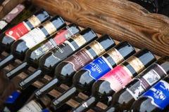 Utvändigt vin shoppar i gammal stad Arkivbilder