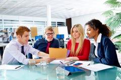 Utövande möte för lag för affärsfolk på kontoret Arkivbilder