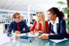 Utövande möte för lag för affärsfolk på kontoret Arkivfoton