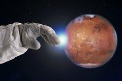 Utvecklingen av Mars, begrepp Handen av astronautet når till fördärvar ut Beståndsdelar av denna avbildar möblerat av NASA Royaltyfria Bilder