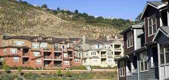 Utvidgning av en stadboningar fjädrar upp för det inhemska uppehället på back Royaltyfri Bild