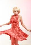 Utvikningsbrudflicka i blond peruk och retro klänningdans Royaltyfri Fotografi