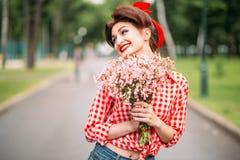 Utvikningsbrudflicka med buketten av blommor, retro mode Royaltyfri Fotografi