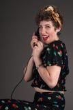 Utvikningsbrudflickan i blommigt grinar med telefonen royaltyfria foton