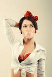 Utvikningsbrudkvinna med boll av idisslad föda i studio Dra tillbaka till 50-tal Fotografering för Bildbyråer