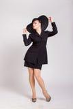 Utvikningsflicka med en stor svart hatt Fotografering för Bildbyråer
