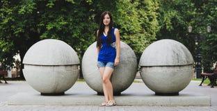 Utvikningsflicka och stora bollar Arkivfoton