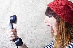 Utvikningsflickor som skriker på tappningtelefonen royaltyfria bilder