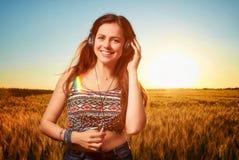 Utvilad ung idrotts- kvinna med stängda ögon som lyssnar till musien Royaltyfri Foto