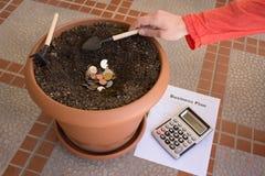 Utworzenie mały biznes Kalkulator, monety w garnku Dlaczego zaczynać małego biznes Zdjęcia Stock