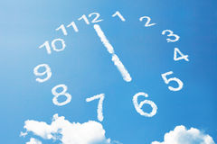 6 uur in wolkenstijl op blauwe hemel Royalty-vrije Stock Afbeelding