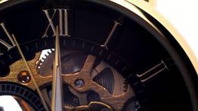 Uurwijzerplaat van Roman cijfers, tikkende handen van uren stock footage