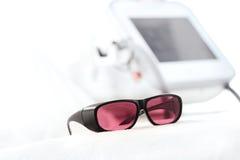 UV προστατευτικά γυαλιά για τη φροντίδα δέρματος λέιζερ Στοκ Φωτογραφία