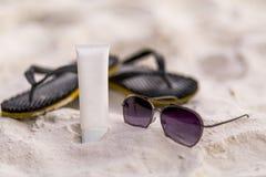 UV solkräm med sommartillbehör royaltyfri bild