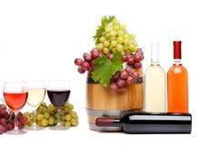 Uva, barril, botellas y vidrios de vino Foto de archivo libre de regalías