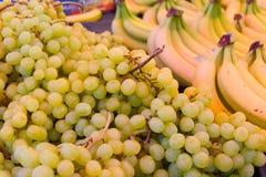 Uva bianca e banane Immagine Stock