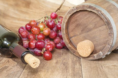 Uva con la botella de vino Imagen de archivo libre de regalías