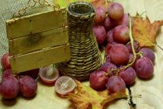 Uva di legno d'annata della rosa rossa e dello scrittorio Fotografia Stock Libera da Diritti