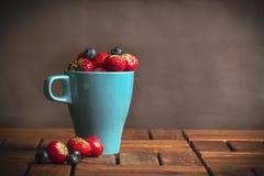 Uva-do-monte e morango frescas fotografia de stock royalty free