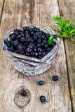 Uva-do-monte em Crystal Bowl no fundo rústico Foto de Stock