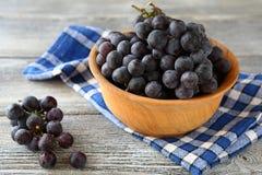 Uva dolce in una ciotola di legno Immagini Stock Libere da Diritti