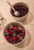 Uva e ciotole di frutta della fragola Immagine Stock