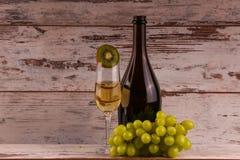 Uva e due vetri del vino bianco Fotografia Stock