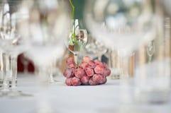 Uva e vetri di vino sulla tabella Fotografie Stock Libere da Diritti