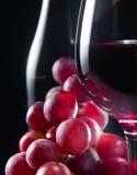 Uva e vetro con vino rosso Immagine Stock