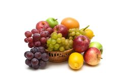 Uva ed altri frutti isolati su fondo bianco Immagine Stock