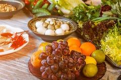 Uva ed arance sul piatto Fotografia Stock