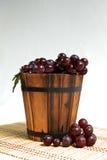 Uva en cesta de madera Fotografía de archivo libre de regalías