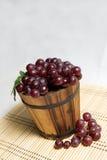 Uva en cesta de madera Fotografía de archivo