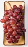 Uva en el fondo blanco, uva roja Fotos de archivo