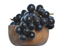 Uva en florero de madera Fotografía de archivo