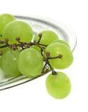 Uva en una placa aislada. Imagen de archivo libre de regalías