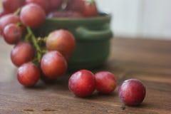 Uva fresca sulla tavola di legno fotografie stock