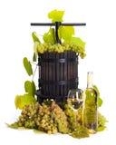 Uva manuale che preme utensile con vino bianco Fotografia Stock