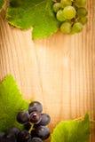 Uva na tabela de madeira Fotografia de Stock Royalty Free