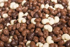 Uva passa del cioccolato e fondo matto del dolce del mucchio fotografia stock