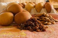 Uva passa, uova e mandorle bollenti piatto Fotografia Stock Libera da Diritti