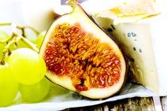Uva, queijo e figos macro Fotos de Stock